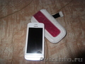 два телефона (черный и белый)